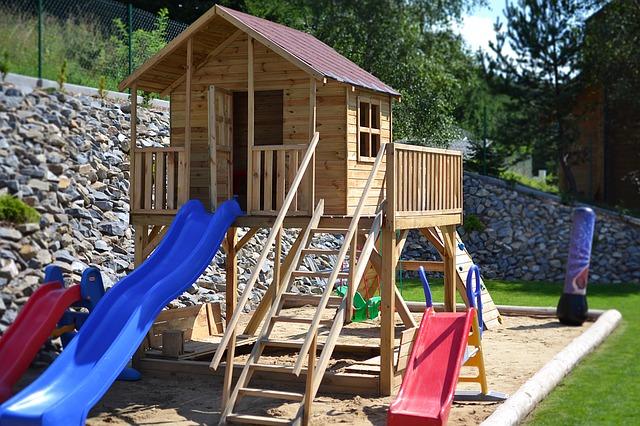 plac zabaw dla dzieci w ogrodzie