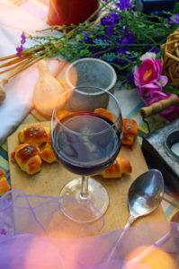 stół z jedzeniem w ogrodzie altance