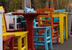 kolorowe krzesła drewniane odnowione