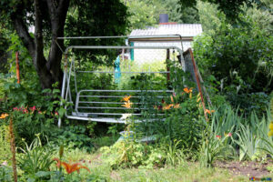 mała huśtawka ogrodowa dla rodziny