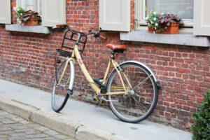 stojak rowerowy rower oparty o ścianę