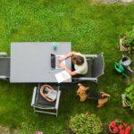Letnie biuro w ogrodzie i na tarasie – przepis nie dla korpo pracowników