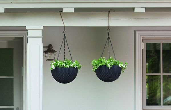 Wiszące donice Hanging Sphere Planter Keter na tarasie